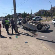 "Vilniuje ""Mitsubishi"" po avarijos su pavežėju apvirto ant stogo"
