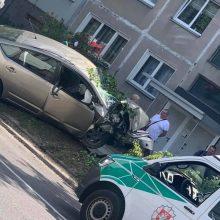 """Didelė avarija Vilniuje: po susidūrimo """"Toyota"""" nuvertė medį"""