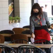 Vyriausybei ketinama siūlyti trumpinti barų, kavinių darbo laiką