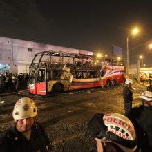 Peru užsiliepsnojus autobusui žuvo mažiausiai 20 žmonių