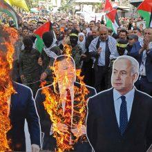 """Palestiniečiai """"įniršio dieną"""" protestuoja prieš JAV sprendimą dėl žydų nausėdijų"""