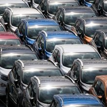 Trys bendrai bus teisiami už automobilių gadinimą, kad galėtų juos įsigyti pigiau