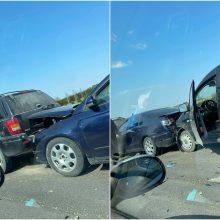 Girtas vairuotojas Plungės rajone rėžėsi į stovinčių mašinų eilę