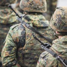 KAM įspėja apie melagingą naujieną, kad kariai bus pasitelkti prievartiniam skiepijimui
