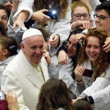Popiežius choristams prisipažino, kad dainuoja ne geriau už asilą
