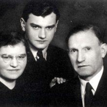 Šeima: Elckananas ir Mariam Elkesai su sūnumi Joeliu.