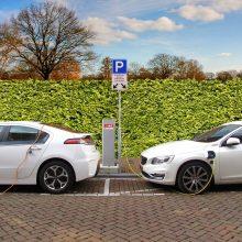 Iš taršių automobilių – į elektromobilius: kokių pasekmių tai gali turėti?