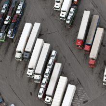 Trūkstant kvalifikuotų vilkikų vairuotojų stoja transporto sektoriaus veiklos