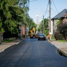 Nesusipratimas: asfaltu užkimšo lietaus kanalizacijos latakus
