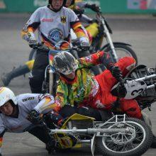 Motociklininkai ruošiasi pagainioti kamuolį