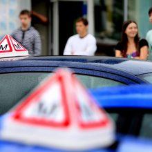 Peilis vairavimo mokykloms: kodėl mažėja laikančiųjų B kategorijos egzaminą?