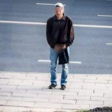 Miesto centre nuogas vyras gąsdino vaikus