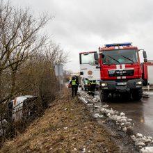 Kaune nuo kelio nuvažiavo ir apvirto automobilis: kalta sveikata ar posūkis?