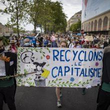 Prancūzijoje dešimtys tūkstančių žmonių protestavo prieš klimato įstatymą