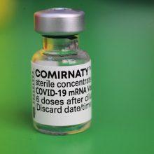 """""""BioNTech"""" tikisi, kad COVID-19 vakcina paaugliams ES bus prieinama jau birželį"""