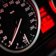 Įkliuvo pareigūnams: per gyvenvietę lėkė daugiau nei 100 km/val. greičiu