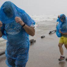 Teksaso link slenkanti atogrąžų audra sustiprėjo iki uragano