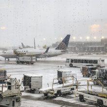 Čikagoje smarkiai sningant atšaukta daugiau kaip 900 skrydžių