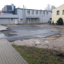 Pagaliau: M. Riomerio gatvėje išasfaltuota dalis siaubingai duobėtos aikštelės