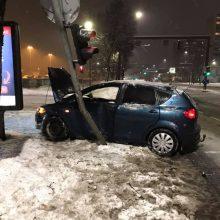 """Savanorių prospekte automobilis """"Fiat"""" kliudė šviesoforą"""