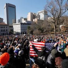 Virdžinijos sostinėje į mitingą renkasi tūkstančiai teisės į ginklus gynėjų