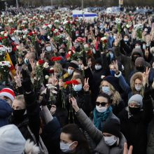 Minske į žuvusio protestuotojo laidotuves susirinko apie 5 tūkst. žmonių