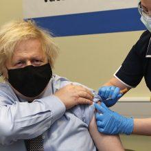"""JK premjeras B. Johnsonas paskiepytas pirmąja """"AstraZeneca"""" vakcinos doze"""