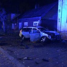 A. Juozapavičiaus prospekte neblaivus vairuotojas rėžėsi į atitvarus ir namo tvorą