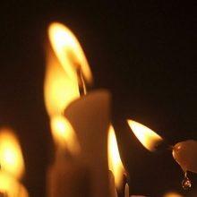 Indijoje išžaginta ir padegta moteris mirė ligoninėje