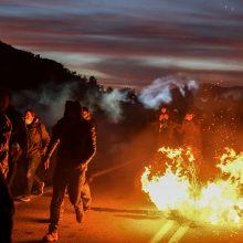 Graikijos policija ašarinėmis dujomis vaikė protestuojančius prieš migrantų stovyklas