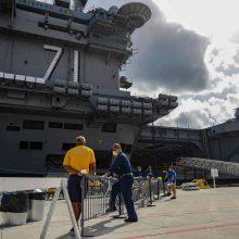 """JAV lėktuvnešis """"USS Theodore Roosevelt"""" po koronakrizės vėl išplauks į jūrą"""