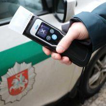 Neblaivus motorolerio vairuotojas rėžėsi į policijos automobilį