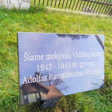 Prie namų, kuriuose slapstėsi A. Ramanauskas-Vanagas, įrengtos atminimo lentelės