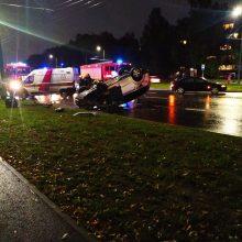 Per avariją Taikos prospekte ant stogo apsivertė automobilis, sužalotas neblaivus vairuotojas