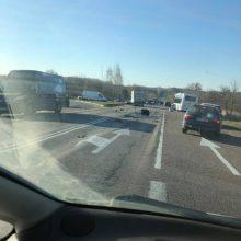 Stipri avarija kelyje Kaunas – Prienai: vairuotoją teko vaduoti ugniagesiams