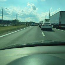 """Dėl automobilių avarijos važiuojant link """"Megos"""" susidarė automobilių spūstys"""