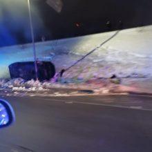 "Vilniuje automobilis ""Jaguar"" rėžėsi į elektros stulpą"