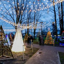 Kalėdinių eglučių miestelyje – pusšimtis originalių įmonių ir įstaigų eglučių