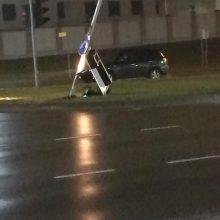 """Žemaičių plente """"Citroen"""" automobilis nuvertė šviesoforą"""