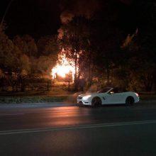 Ugniagesiai skubėjo gesinti Jonavos gatvėje užsiliepsnojusio pastato