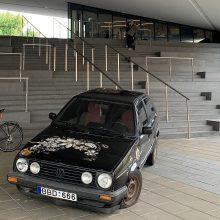 """Prie MO muziejaus paliktas """"Volkswagen Golf 2"""" kelia klausimus"""