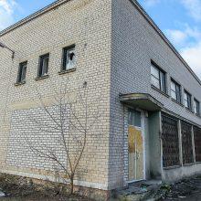 Buvęs policijos nuovados pastatas šiurpina: išdaužyti langai, girtuoklių prišnerkšta aplinka