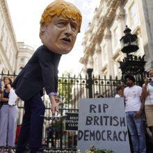 Britanijos karalienė pritarė pasiūlymui laikinai suspenduoti parlamento darbą
