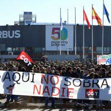 """Ispanijoje tūkstantinė minia streikuoja prieš """"Airbus"""" planus atleisti 630 darbuotojų"""