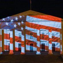 Vilniaus palaikymas amerikiečiams – ant rotušės sušvitusi JAV vėliava