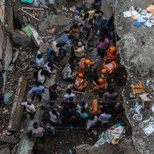 Indijoje iš pastato griuvėsių išgelbėti dar penki išgyvenusieji