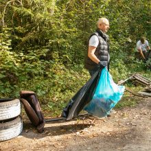 """""""Miško kuopa"""" sutelkė miškų švarai neabejingus piliečius – surinkta tonos šiukšlių"""
