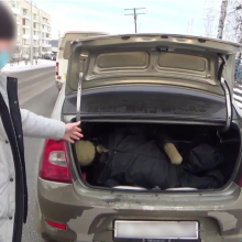 Vyrą įgrūdo į automobilio bagažinę ir miške užkasė gyvą dėl itin menkos skolos