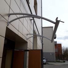 Naujai renovuotą namą sudarkė vėjas: nurovė laiptinės stogą, išvertė sienos plyteles