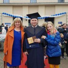 Artūras Čiurlionis po diplomų įteikimo su žmona Vilija ir dukrele Vaivute